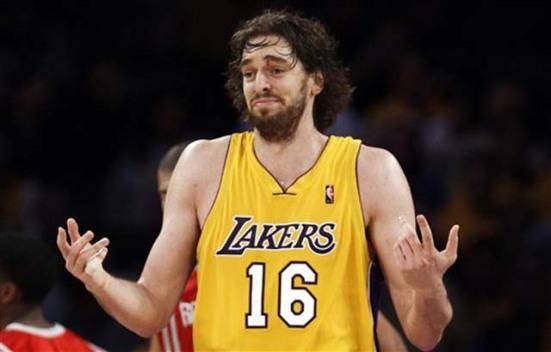 Poco puede hacer Pau para evitar que los Lakers intenten traspasarlo