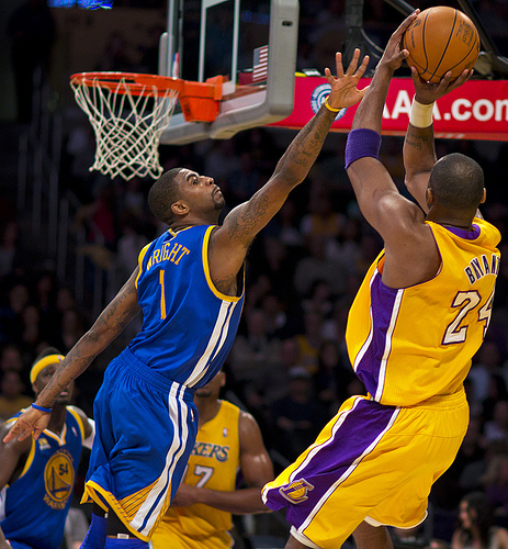 Kobe Bryant a punto de darle una Kobeasistencia a Bynum.