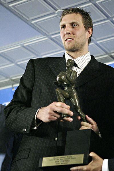 Dirk no ha posado demasiado con su MVP; antes de recibirlo los Mavs cayeron ante los Warriors en primera ronda siendo los cabezas de serie número 1.