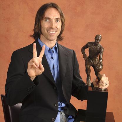 Nash pertenece a una lista muy selecta: la de jugadores que han logrado 2 MVPs de forma consecutiva.