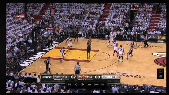 Ginobili supera el trap de Wade y Bosh con un pase a Duncan. La defensa Heat está vendida en ese instante.
