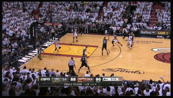 Bosh corre para recuperar la posición después de que Many supere (una vez más) el trap defensivo de Miami