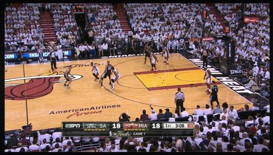 La posición inicial del pick-and-roll alto de San Antonio. Lo bueno viene justo después.