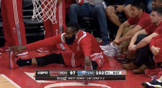 Harden, estirando para volver a sentarse en el banquillo.
