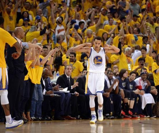 Curry mete un triple. El Oracle se vuelve loco. Otro día en la oficina.